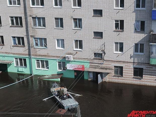 На лодках приходится перемещаться даже по крупным улицам.