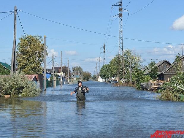 С большими трудностями жители деревень, чьи небольшие дома не выдерживают под влиянием паводка.