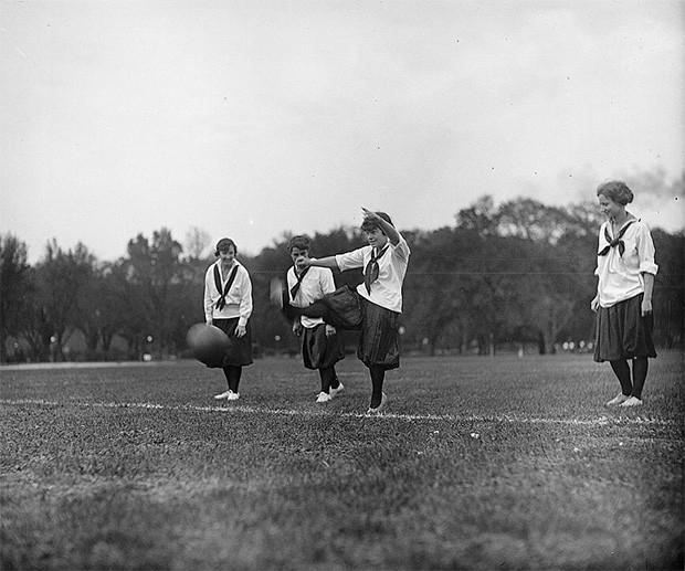 Девушки играют в футбол, 1918-1920 годы.