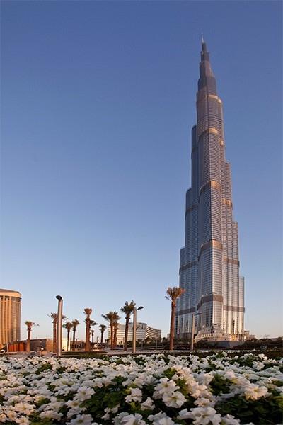 «Бурдж-Халифа» (828 м). Этот небоскрёб, достроенный в Дубае в январе 2010 года на данный момент является самым высоким сооружением в мире. В здании 163 этажа, оно изначально проектировалось по принципу «город в городе» - внутри расположены собственные газ