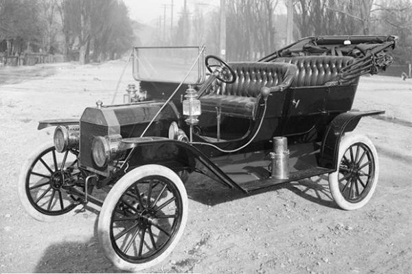 Ford Model T 1910 года. 1 октября 1908 года Генри Форд представил автомобиль Model T, известный также как «Жестянка Лиззи». Этот автомобиль выпускался с 1908 по 1927 года и стал первой машиной, выпускавшейся миллионными сериями. Именно Model T, доступный