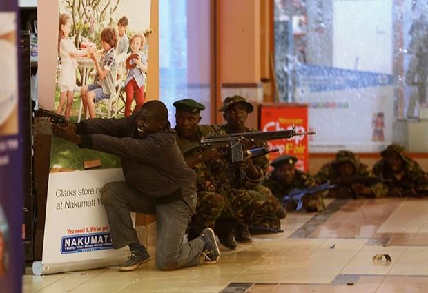 Кенийские военные ведут перестрелку с террористами в центре Westgate.