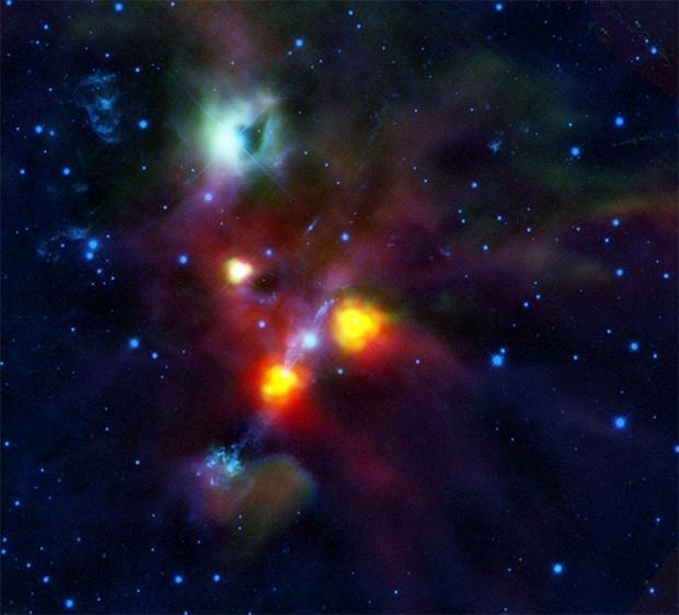 Космическая обсерватория «Хершел» прислала эту фотографию в мае 2010 года. Многие учёные полагают, что за зелёным облаком пыли и газа скрывается чёрная дыра. Фото сделано в инфракрасном диапазоне.