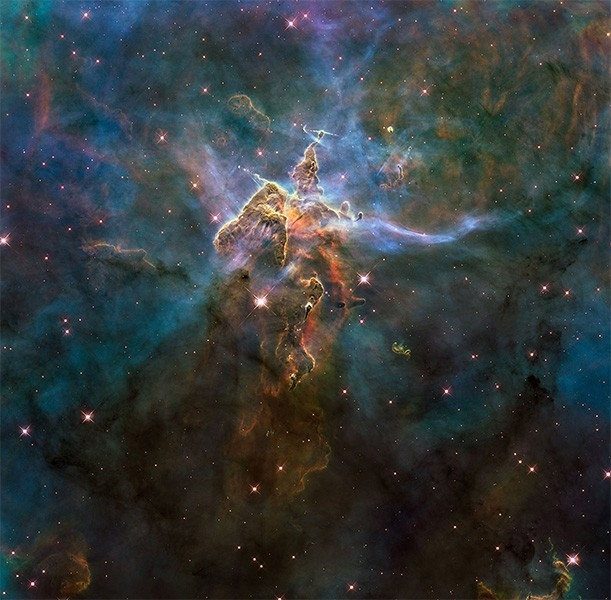 Туманность Карина (NGC 3372). Расположена на расстоянии около 8000 световых лет от Земли, внутри этой области находится массивная переменная звезда.