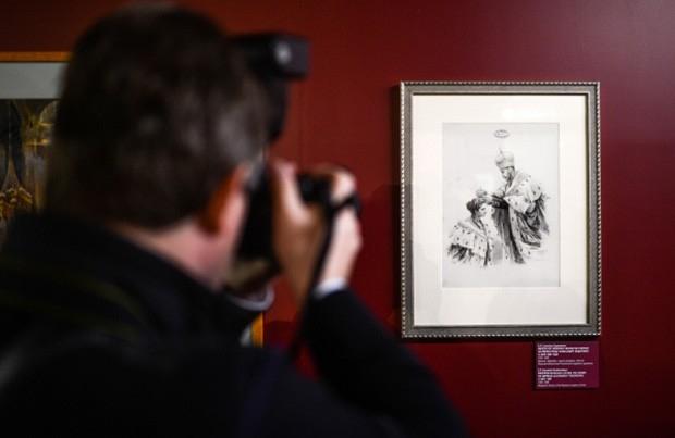 Картина Е. Самокиш-Судковской «Император Николай II возлагает корону на императрицу Александру Федоровну» (1896 год).