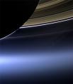 Планета Сатурн. Фото сделано 19 июля 2013 года широкоугольной камерой аппарата «Кассини». Яркая точка ниже колец планеты - Земля.