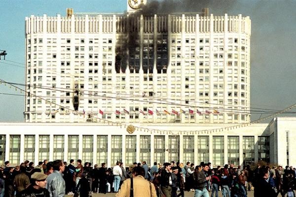 В здании произошел пожар, из-за чего его фасад наполовину почернел. Кадры обстрела облетели тогда весь мир.