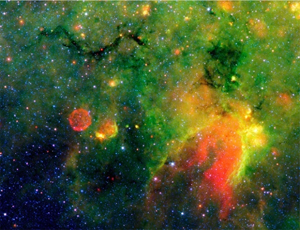 Туманность Змея рядом со сгустком межзвёздной пыли. Фотография сделана космическим телескопом «Спитцер» в инфракрасном диапазоне.