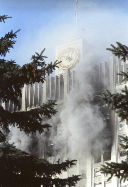 После продолжительного штурма верные Ельцину войска взяли контроль над ситуацией.