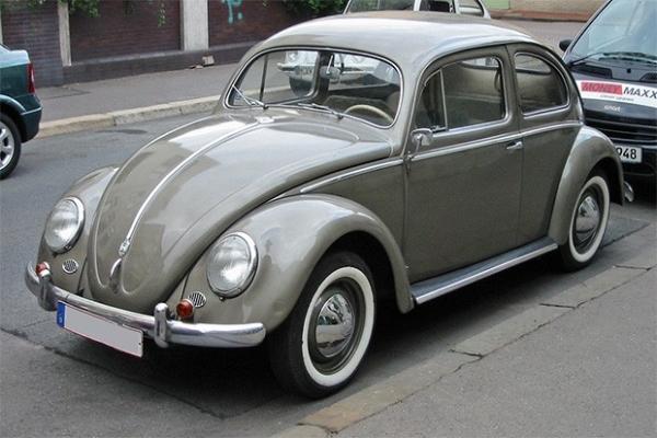 Volkswagen Beetle 1938 года. Этот автомобиль стал первым бестселлером немецкого автопрома - изначально он создавался как надёжный, простой и дешёвый автомобиль для граждан со средним достатком - его цена не должна была превышать 1000 рейхсмарок. В последс