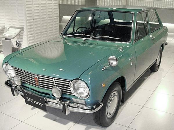 Nissan Datsun Sunny (B10) 1966 года. В сентябре 1966 года Nissan в двух модификациях - двухдверные седан и универсал - выпустил автомобиль Datsun 1000, но в связи с тем, что первоначально он не пользовался спросом, позже компания перевыпустила его под наз