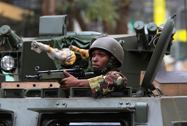 Практически сразу на место совершения теракта прибыли отряды военных на бронетехнике.