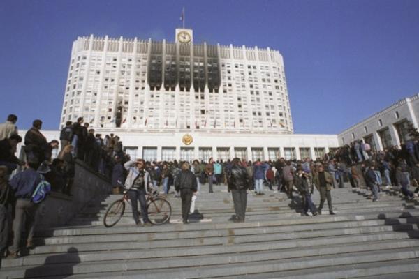 Через некоторое время защитники Верховного Совета начали выходить из здания и прекратили сопротивление.