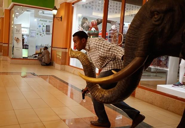Вооружённый полицейский в захваченном торговом центре Westgate в Найроби.