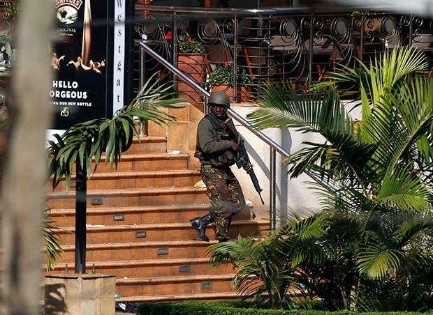 Военные быстро оцепили здание, но все попытки штурма осложнялись тем, что в руках террористов ещё оставались заложники.
