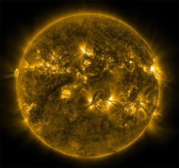 Солнце. Фотография сделана обсерваторией AIA, изучающей атмосферные явления на поверхности Солнца.