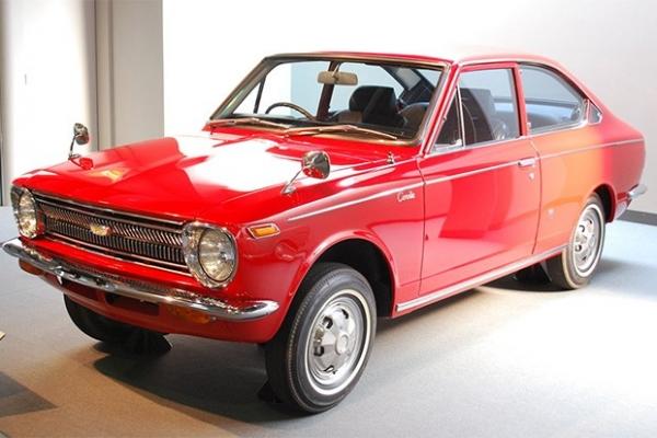 Рекордсменом по количеству продаж в мире является японская машина Toyota Corolla, которая также внесена в Книгу рекордов Гиннесса. Первый автомобиль этой модели появился в 1966 году - помимо круглых фар его отличали задний привод и продольное расположение