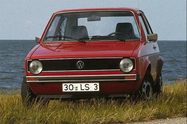 Volkswagen Golf 1974 года. Производство машины по дизайну итальянца Джорджетто Джуджаро началось в 1974 года, с тех пор автомобиль претерпел несколько модификаций, а в 2013 году был представлен Golf седьмого поколения. Этот автомобиль стал родоначальником