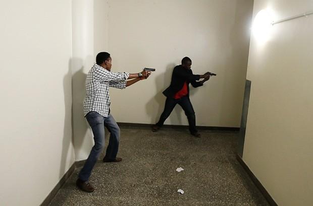 Полиция ведёт поиск спрятавшихся людей в служебных помещениях торгового центра Westgate.