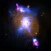 Галактика 4C+29.30, расположенная на расстоянии 850 миллионов световых лет от Земли. Внутри галактики присутствует сверхмассивная чёрная дыра. Изображение создано путём совмещения трёх фотографий - засфиксированного телескопом «Чандра» радиационного излуч
