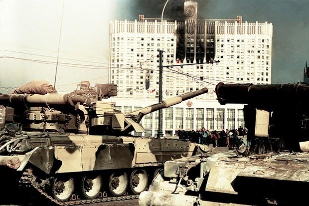 Белый Дом обстреливали танки Таманской дивизии.