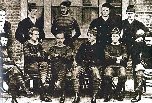 В 1872-м «Уондерерс» со счётом 1:0 обыграли «Ройал Энджинирс» в первом в истории финале Кубка Англии по футболу, который состоялся 16 марта 1872 года. На фото: «Ройал Энджинирс» перед матчем.