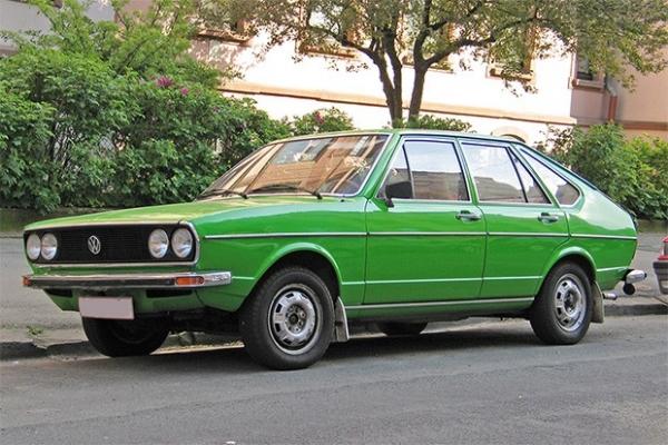 Volkswagen Passat 1974 года выпуска. Компания Volkswagen с 1973 года выпускает модель Passat, получившую название по имени ветра, дующего между тропиками круглый год. За 40 лет этот автомобиль выпускался в трёх типах кузова в шести разных поколениях. В об