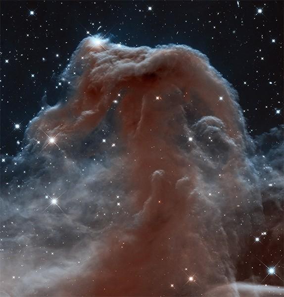 Туманность Конская голова в созвездии Ориона. Одна из наиболее изученных учёными туманностей. В левой верхней части изображения хорошо видны свежеобразованные звёзды. Фотография опубликована в апреле 2013 года.