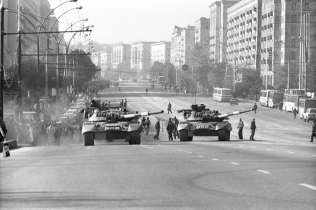 4 октября верные президенту Ельцину войска начали штурм Дома Советов. Белый дом обстреливали танки.