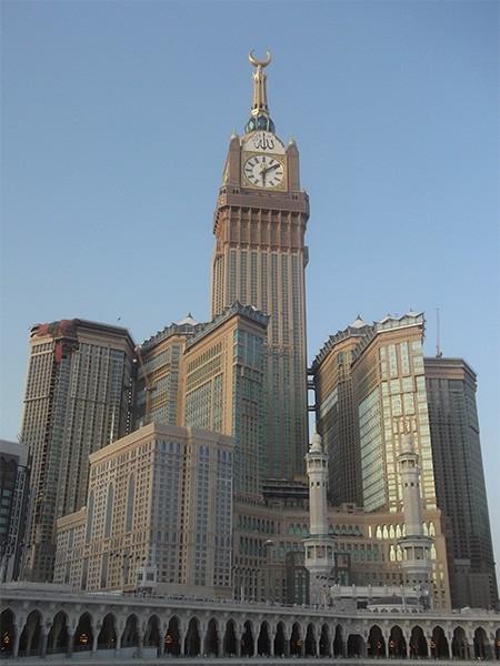 Абрадж аль-Бейт (601 м). В Мекке в 2012 году был возведён комплекс высотных зданий, самое высокое сооружение которого достигает высоты в 601 метр. Благодаря своему местоположению башни Абрадж аль-Бейт являются самыми заметными зданиями в Мекке, они распол