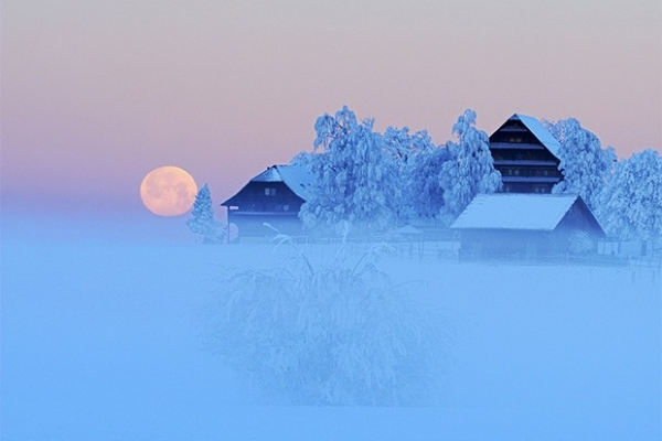 Луна в небе над городком Мюсвагнен, Швейцария.
