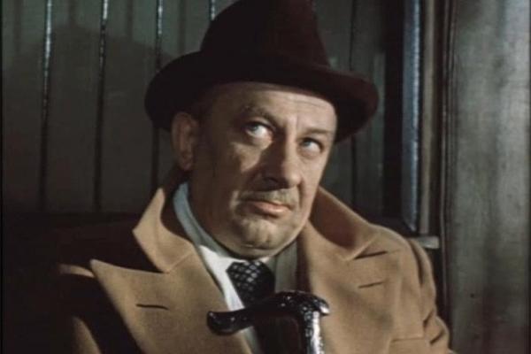 В знаменитом пятисерийном детективе по повести братьев Вайнеров Евстигнеев сыграл эпизодическую роль вора Петра Ручникова по кличке «Ручечник». Хотя актёр появляется лишь в одном эпизоде и произносит всего несколько реплик, некоторые из них были расхвачен