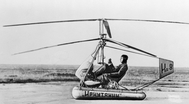 12 ноября 1947 года в воздух впервые поднялся аппарат Ка-8 – первый вертолёт Николая Камова. Машина представляла собой конструкцию из стальных труб, укреплённую на цилиндрических баллонах и открытым креслом для лётчика. Ка-8 оснащался двигателем мощностью