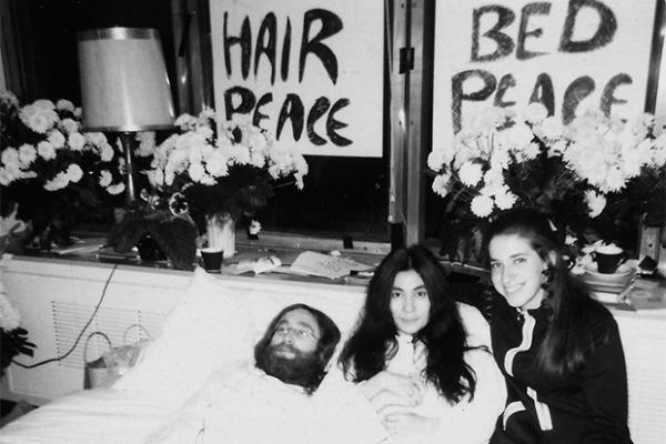 В конце марта 1969 года Джон Леннон и Йоко Оно начали публичный протест «В постели за мир», стремясь выразить своё несогласие с действиями американских военных во Вьетнаме. По окончании акции была записана песня «Дай миру шанс» («Give Peace a Chance»), ст