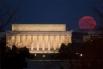 Полная Луна над Мемориалом Линкольна в Вашингтоне, 19 марта 2011 года.