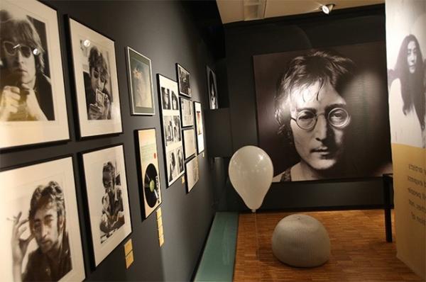 После смерти Леннон приобрёл статус культовой фигуры. Памятники музыканту установлены во многих городах мира, в том числе в Праге, Львове, Санкт-Петербурге и других. В честь Джона Леннона назван ливерпульский аэропорт, а неподалёку от дома в Нью-Йорке, в