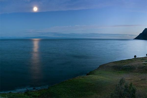 Луна в небе над озером Байкал.