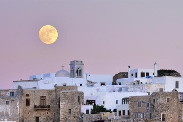 Луна в небе над городом Нексос, Греция.