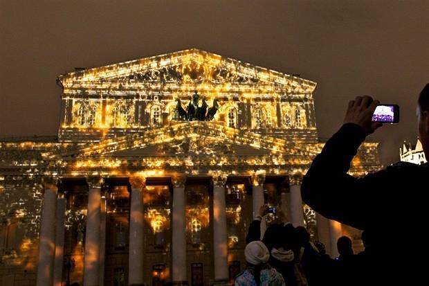 В рамках светового представления «Круг света» на нескольких московских площадках прошли различные лазерные шоу.