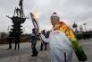 Часть маршрута факел нёс известный актёр Владимир Михайлович Зельдин, которому в феврале этого года исполнилось 98 лет.