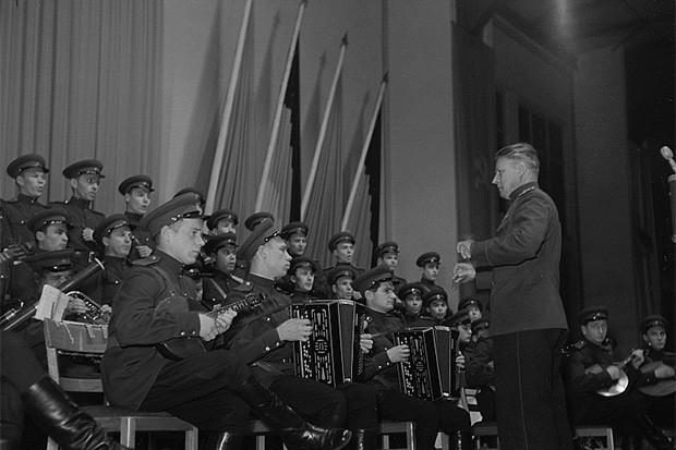 Выступление ансамбля на праздновании 73-летия Иосифа Сталина в Лейпциге. Дирижирует Борис Александров, сын Александра Александрова, в честь которого и назван ансамбль. 1952 год.