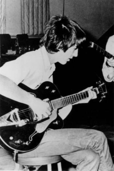 Джон Леннон в студии вместе с группой Beatles в 1966 году. Тогда «ливерпульская четвёрка» находилась на пике славы, и именно в этот период Леннон произнёс свою знаменитую фразу: «Сейчас мы популярнее Иисуса».
