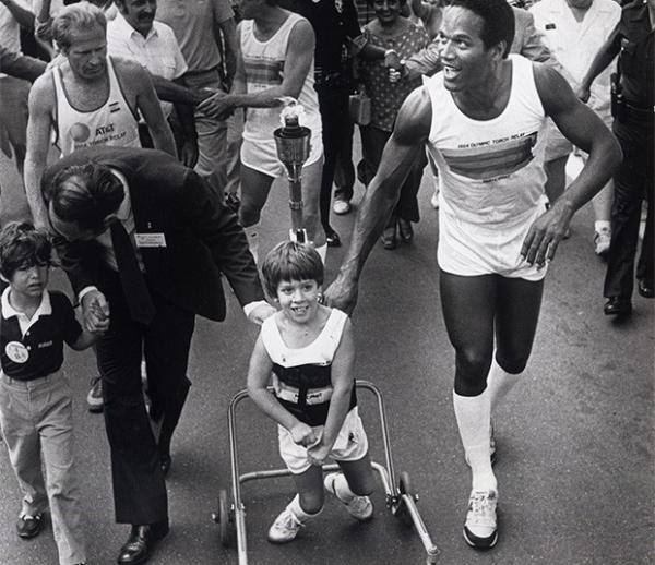 Эстафета Олимпийского огня Игр, прошедших в 1984 году в Лос-Анджелесе.