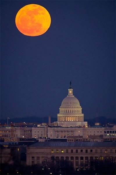 Суперлуние над зданием Капитолия в Вашингтоне, 7 февраля 2012 года. «Суперлунием» называется явление, происходящее при совпадении полнолуния или новолуния с моментом наибольшего сближения Луны и Земли. В этом году в процессе суперлуния спутник Земли был в