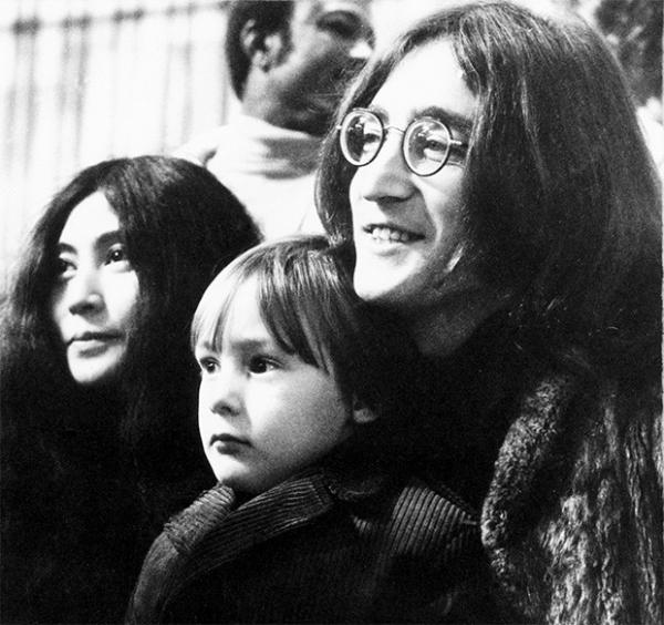 Йоко Оно и Джон Леннон с сыном от первого брака Джулианом. 1969 год.