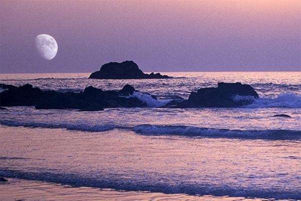 Луна в небе над Атлантическим океаном, Марокко.