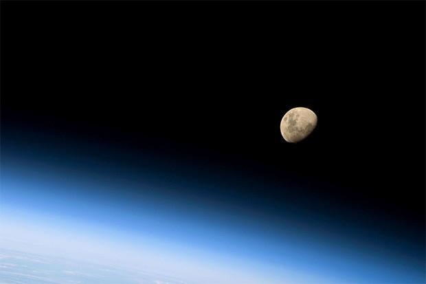 Фотография Луны, сделанная астронавтами на борту космического шаттла «Дискавери» 30 августа 2009 года.