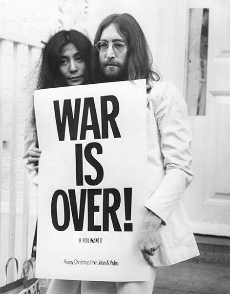 Йоко Оно и Джон Леннон были активными пропагандистами пацифизма и регулярно принимали участие в протестных акциях с требованиями прекратить военные акции. Надпись на плакате гласит «Война закончится, если вы этого захотите».