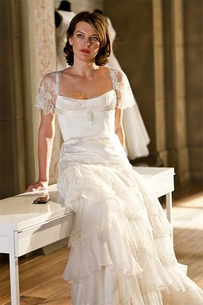 Мила Йовович носила платье от Валентина Юдашкина в некоторых сценах фильма «Выкрутасы».