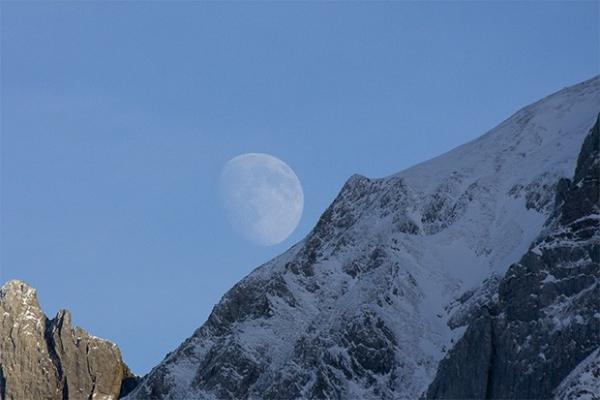 Луна в небе над Орли, Швейцария.